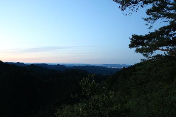 早朝の平成山頂上