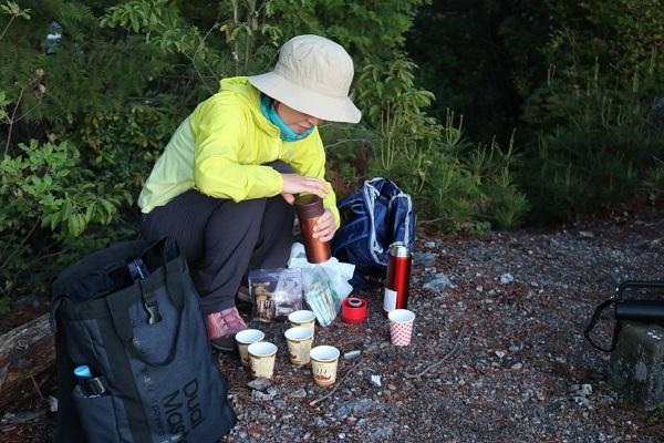 早朝の平成山頂上でコーヒータイム
