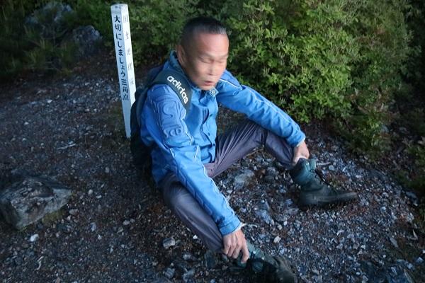 平成山登山する地元住民