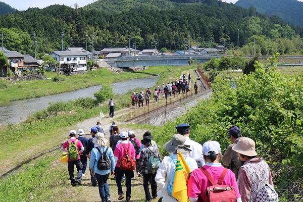 津保川沿いを歩く参加者たち