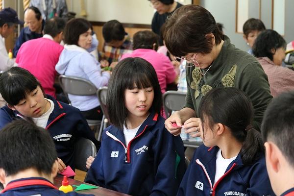 武儀倉集会所で折り紙遊び
