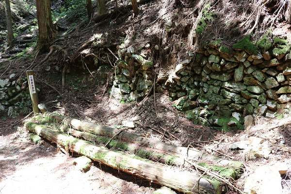 水晶山遊歩道途中の炭窯跡休憩所