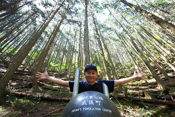 関市水晶山にある人口重心地モニュメントと記念撮影