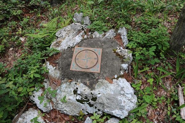 関市権現山頂上に設置された方角盤