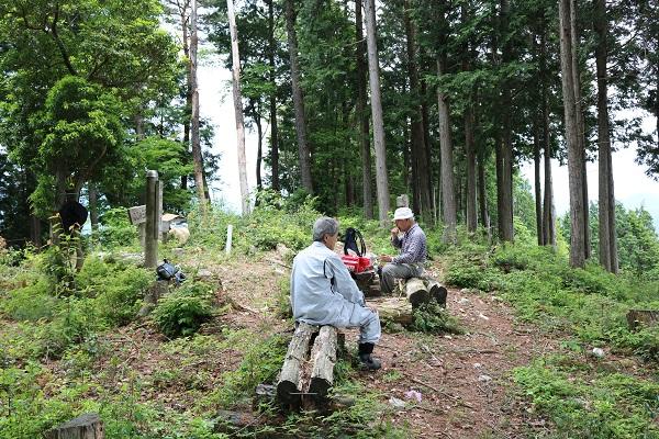 関市権現山頂上の休憩場所