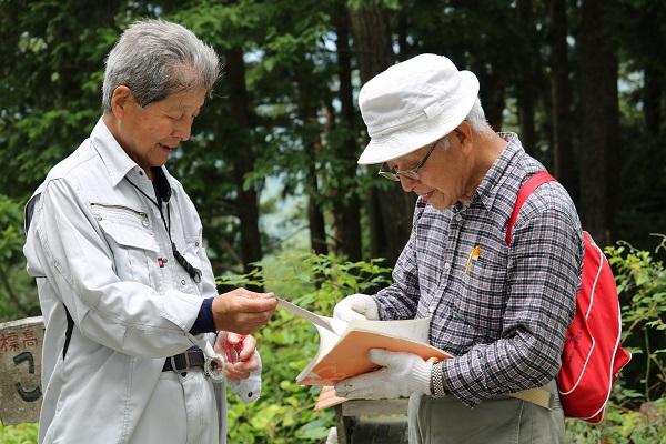 関市権現山頂上のポストにはノートが設置されている