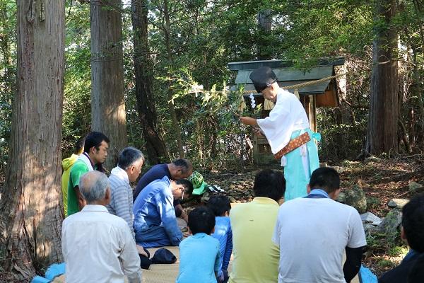 関市武儀大門地区の城山頂上で神事