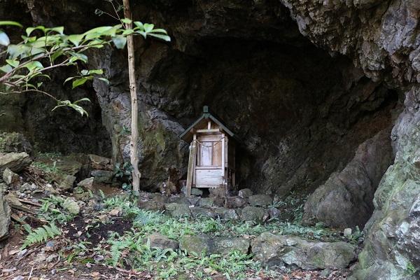 城山の中腹にある神棚