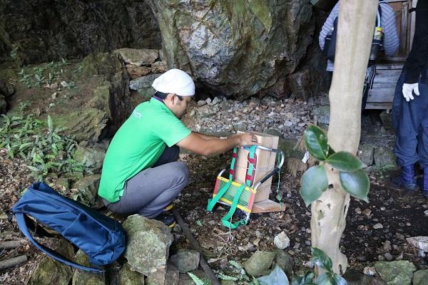 城山の中腹にある神棚から観音像を取り出す