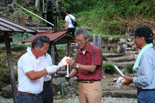 日龍峯寺(高澤観音)の本堂から運ばれるローソクの灯