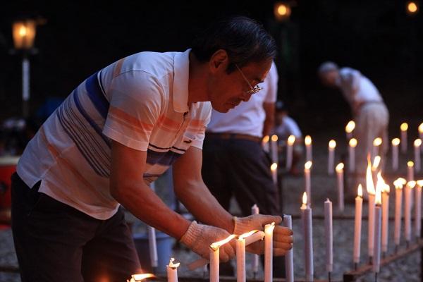 高澤観音の千灯供養でローソクに点される灯り