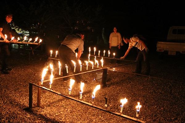 日龍峯寺千灯供養のローソク鎮火作業