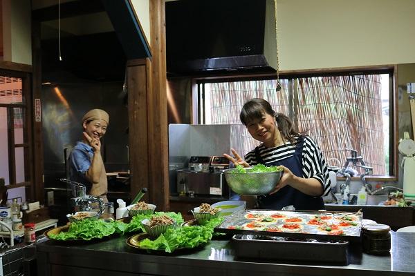 おくど料理長とスタッフの家田さん