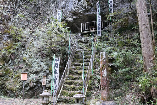 岐阜県関市下之保の乳岩神社