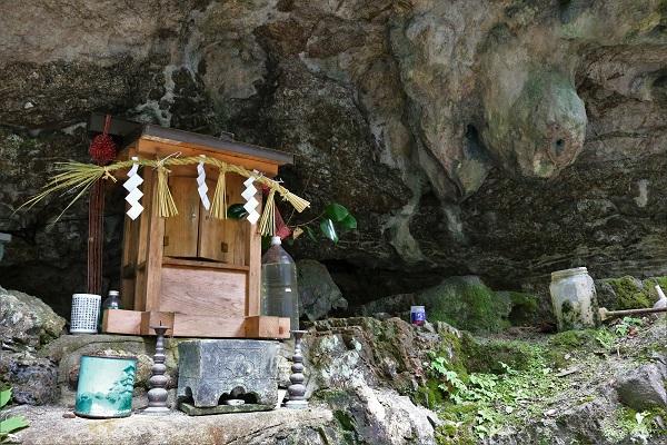 岐阜県関市下之保乳岩神社