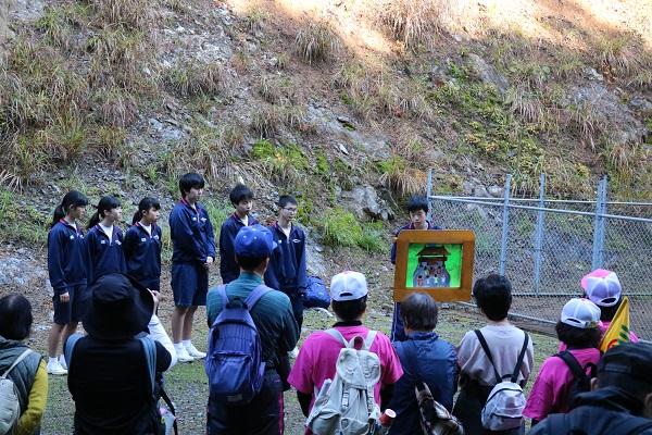 紙芝居を紹介する津保川中学生たち