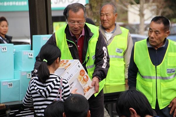 道の駅平成秋祭りビンゴ大会で景品を受け取る参加者