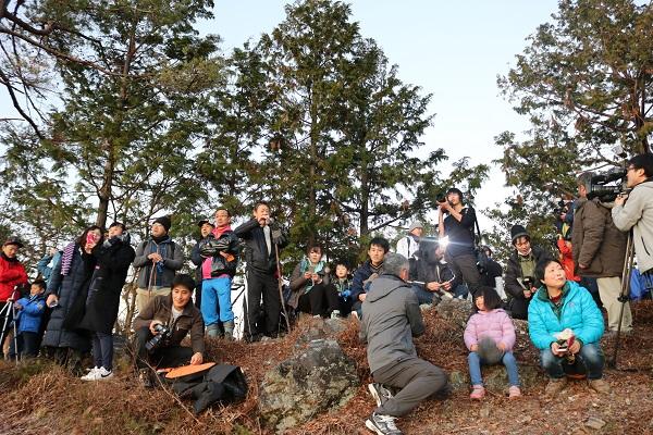 平成の山からの初日の出に見入る参加者