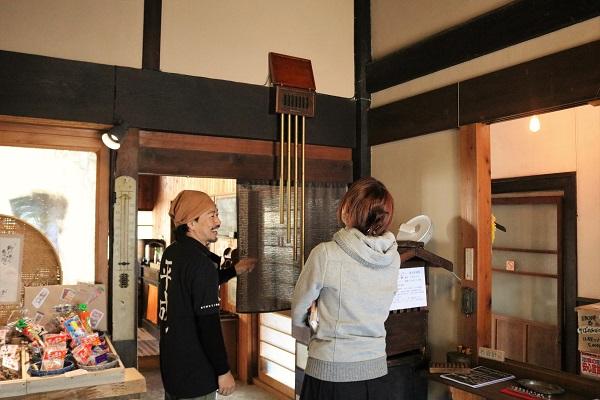 おくどの屋敷内を案内する中田さん