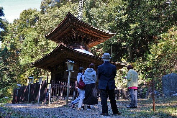 日龍峯寺境内の多宝塔