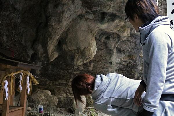 乳岩をのぞき込む参加者たち