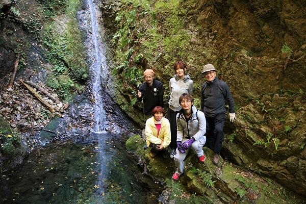乙女滝の前で集合写真を撮影