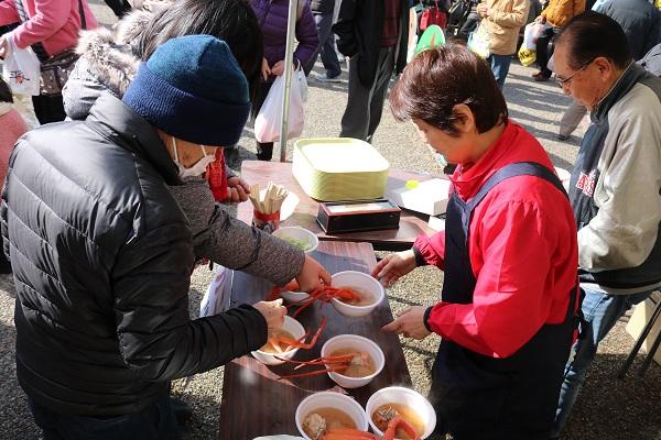 道の駅平成春まつりのカニ汁大人気