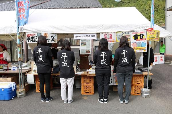 東京の女子大生が着こなす平成ポロシャツ