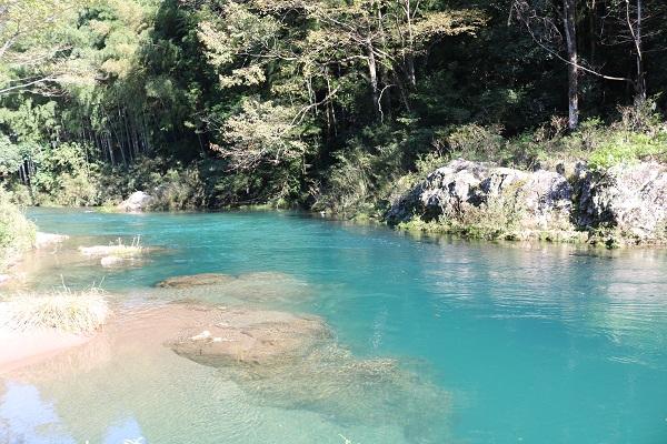 ブルーリバーと呼ばれる清流津保川