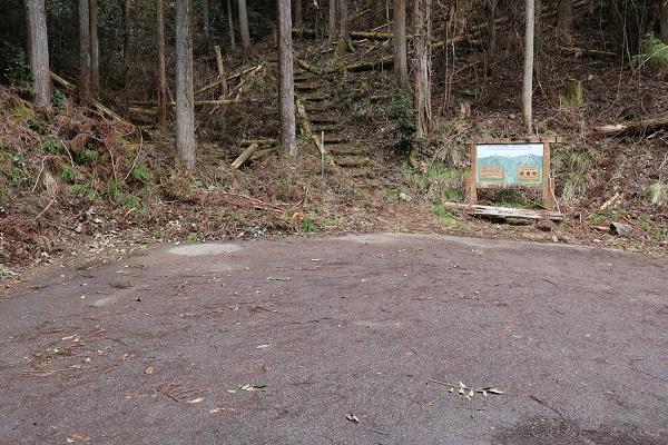 平成山登山口の空きスペース