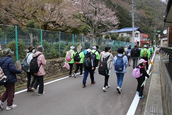 武儀西小学校を出発する参加者