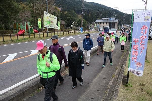 県道58号線を歩く参加者