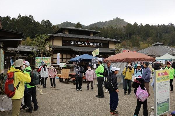 多くの観光客でにぎわう道の駅平成