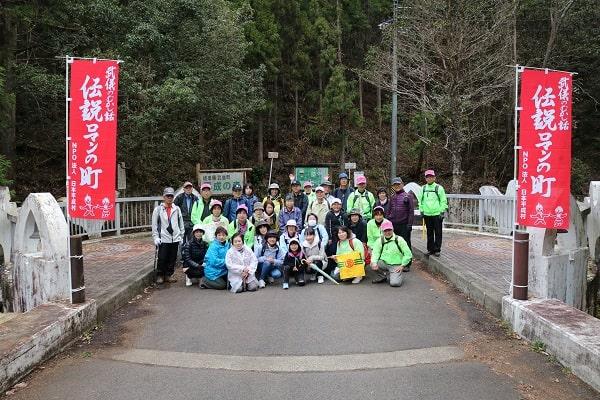 元号橋で記念写真
