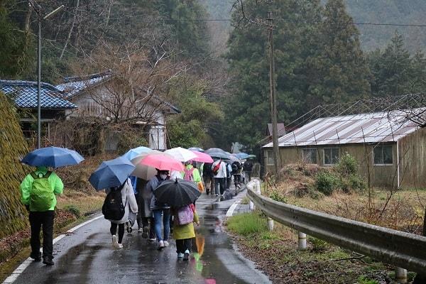 雨の中を歩く参加者
