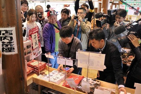 新元号「令和」の新商品を買い求める観光客