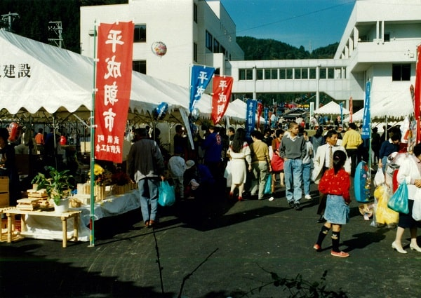 平成朝市におとずれる観光客