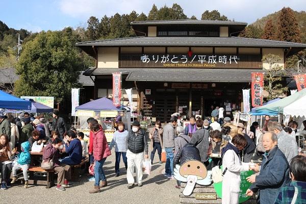 大勢の観光客でにぎわう道の駅平成