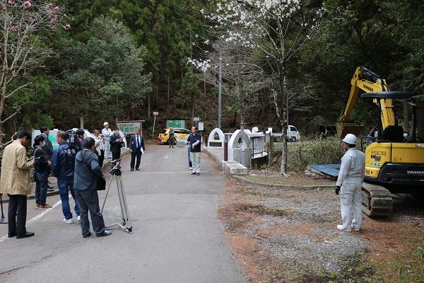 タイムカプセル引き上げを見守る報道陣と地域住民