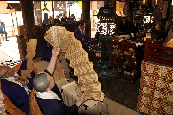 大般若経を転読する僧侶