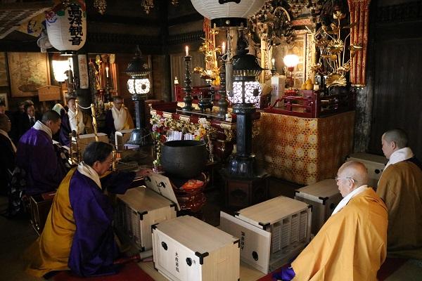 日龍峯寺の大般若祈祷会に集まった僧侶