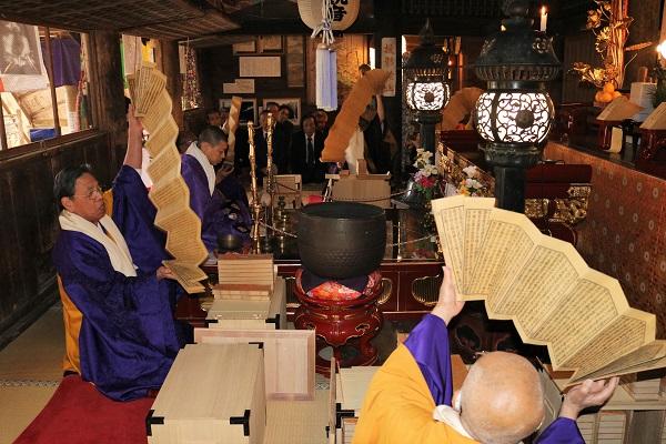 経典をパラパラと転読する僧侶