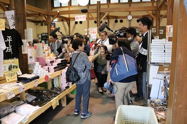 「平成の空気缶」を購入した観光客