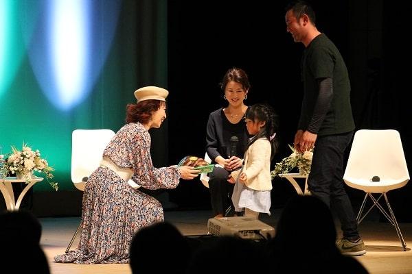 三田佳子さんに原木しいたけをプレゼント