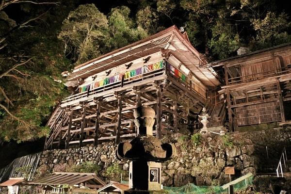 ライトアップされた日龍峯寺の本堂