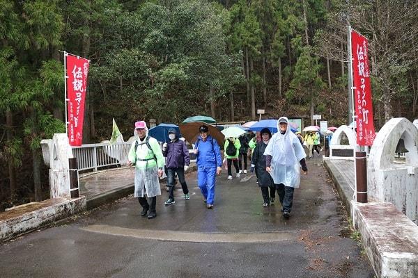 元号橋を歩くウォーキング大会参加者
