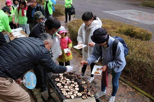 平成自然公園では、焼きしいたけが振る舞われた
