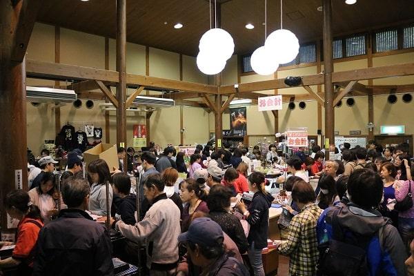観光客でごった返した道の駅平成の売店内