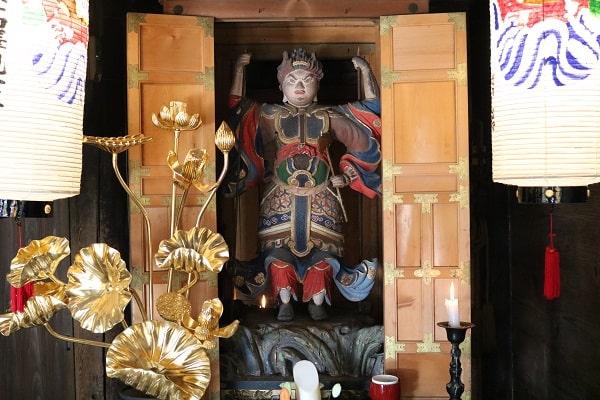 両面宿儺像(日龍峯寺本堂)