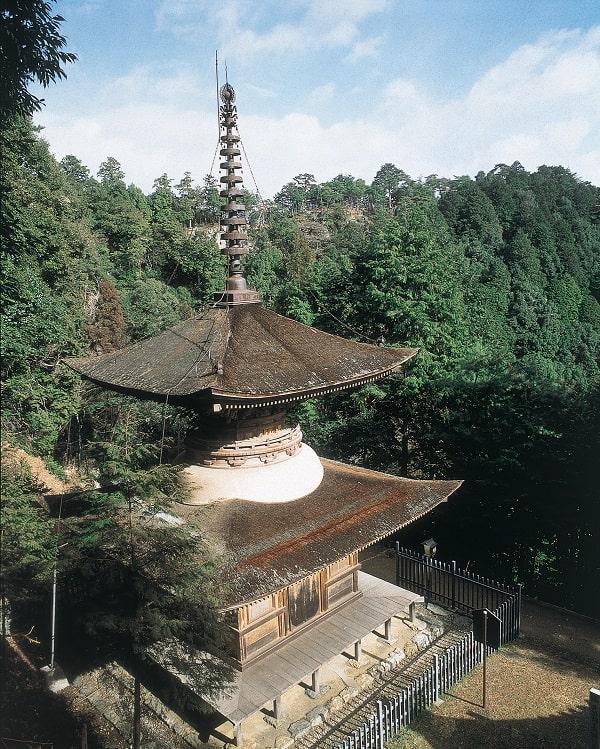 国重要文化財の多宝塔(日龍峯寺境内)